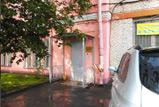 Вход в розовое здание