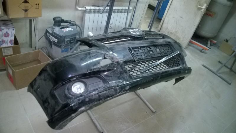 Поломанный в ДТП черный пластиковый бампер автомобиля Toyota Verso